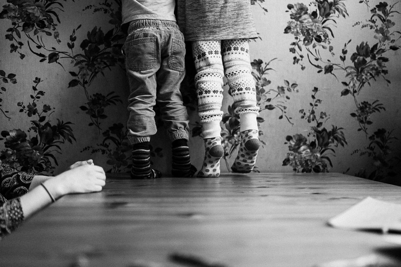 detail-shot-of-kids-feet-on-table-at-home-documentary-family-photography-slc-utah