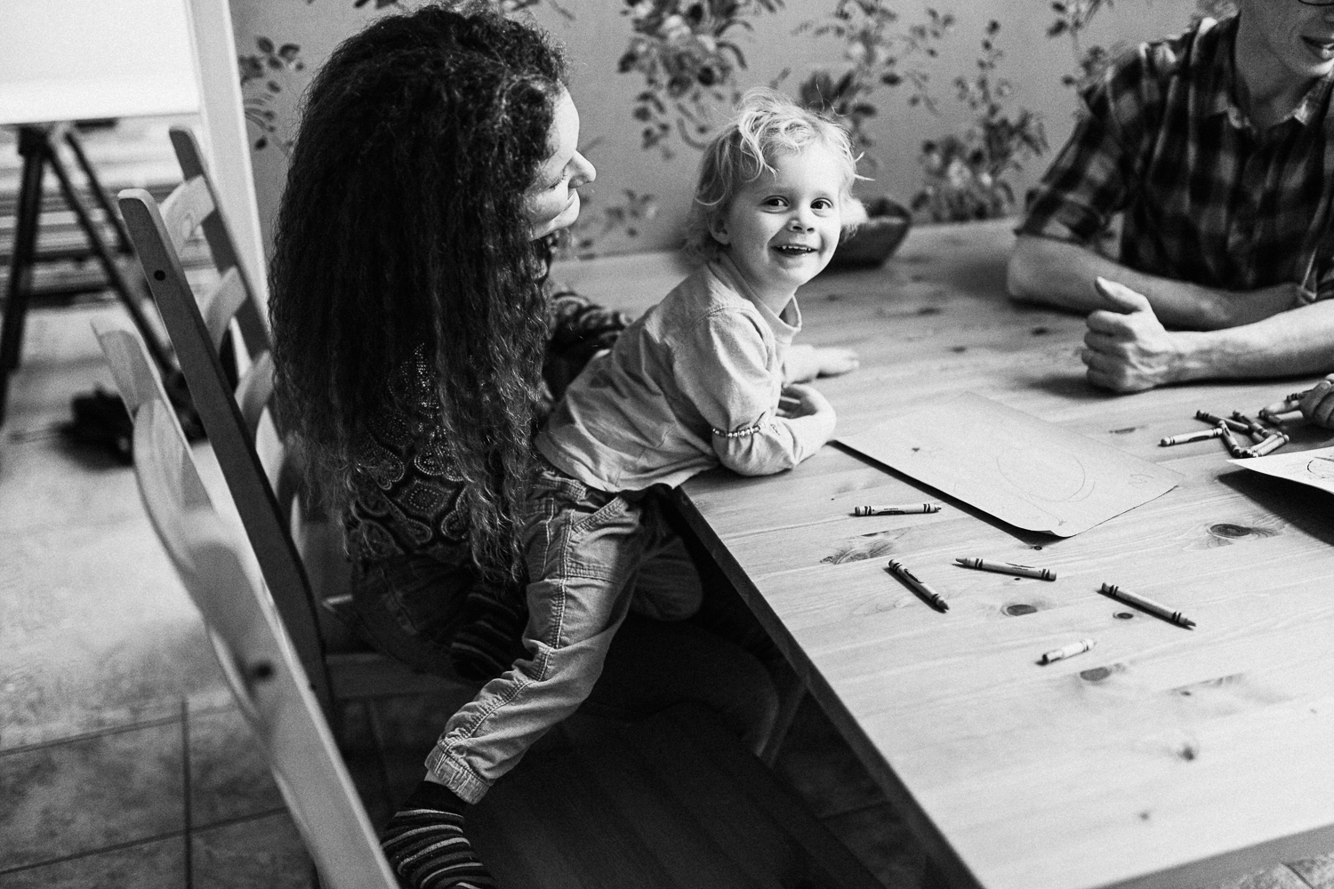 family-coloring-together-at-table-during-in-home-family-photo-session-slc-utah