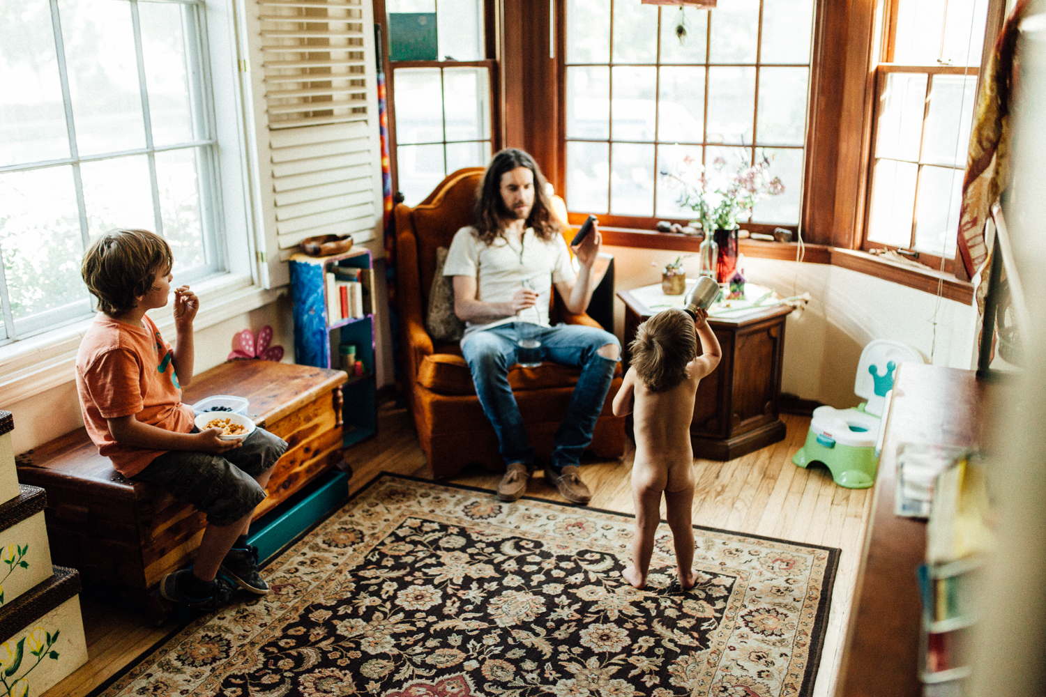 father-and-children-in-home-eating-photo-session-with-jen-fairchild-photography-sugarhouse-salt-lake-city-utah