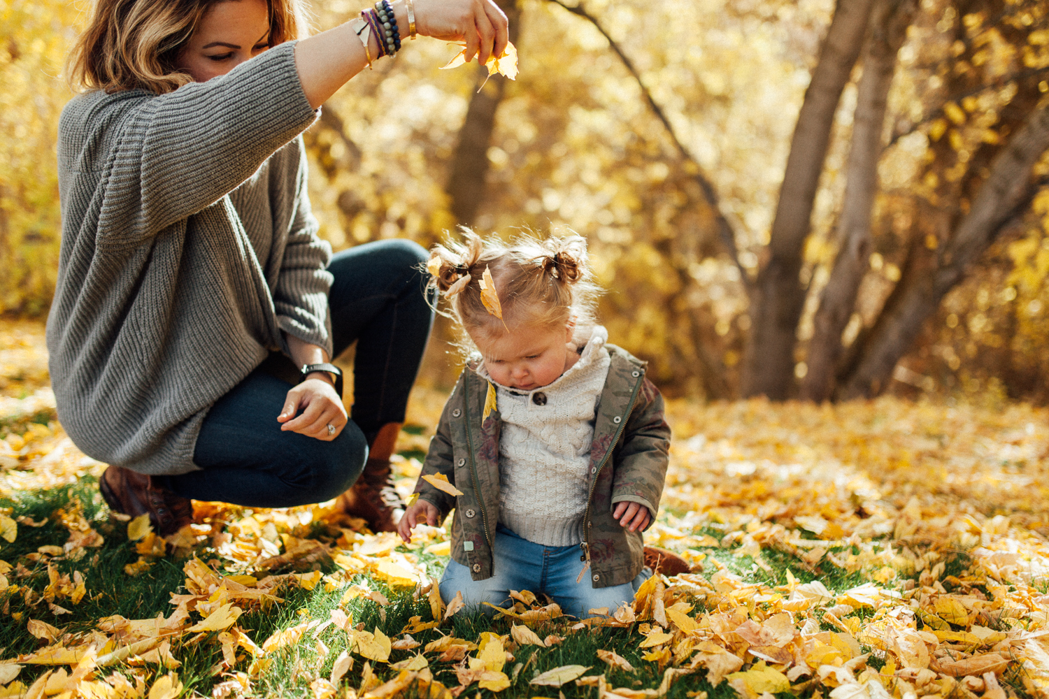 natural-and-candid-photo-of-mother-and-daughter-playing-in-fall-leaves-at-park-in-slc-ut