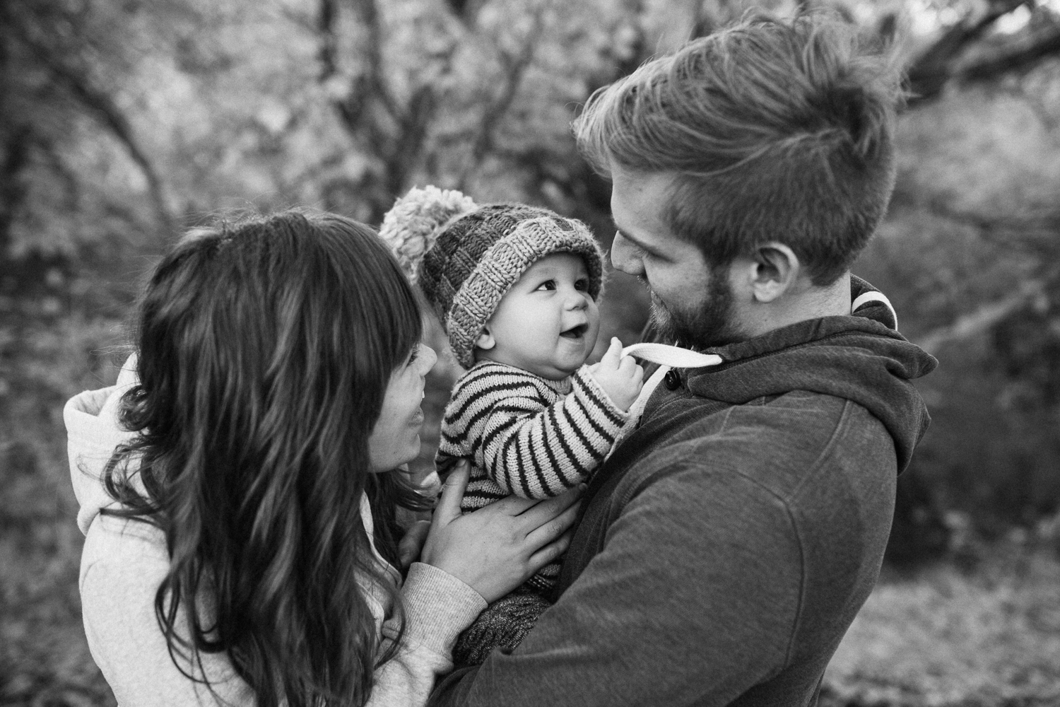 intimate-black-and-white-photo-of-family-hugging-at-rotary-glen-park-in-slc-utah