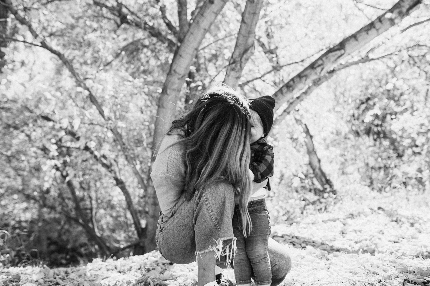 intimate-black-and-white-photo-of-mother-and-daughter-salt-lake-city-utah