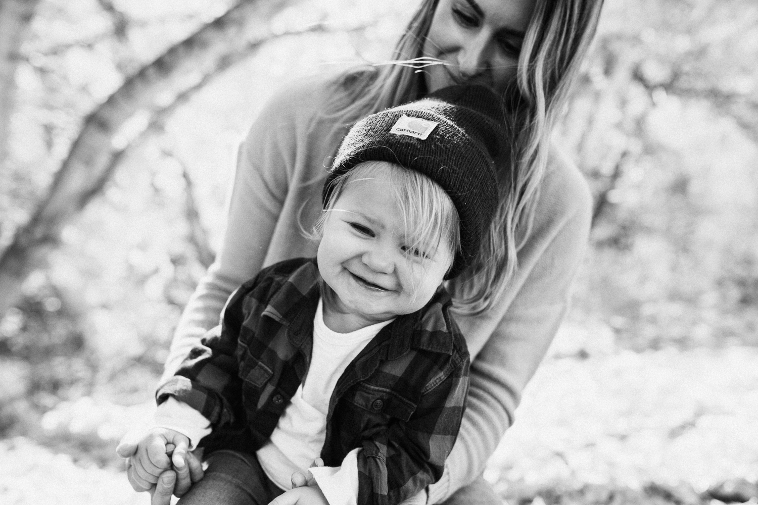 black-and-white-candid-photo-of-mother-and-daughter-outside-slc-ut