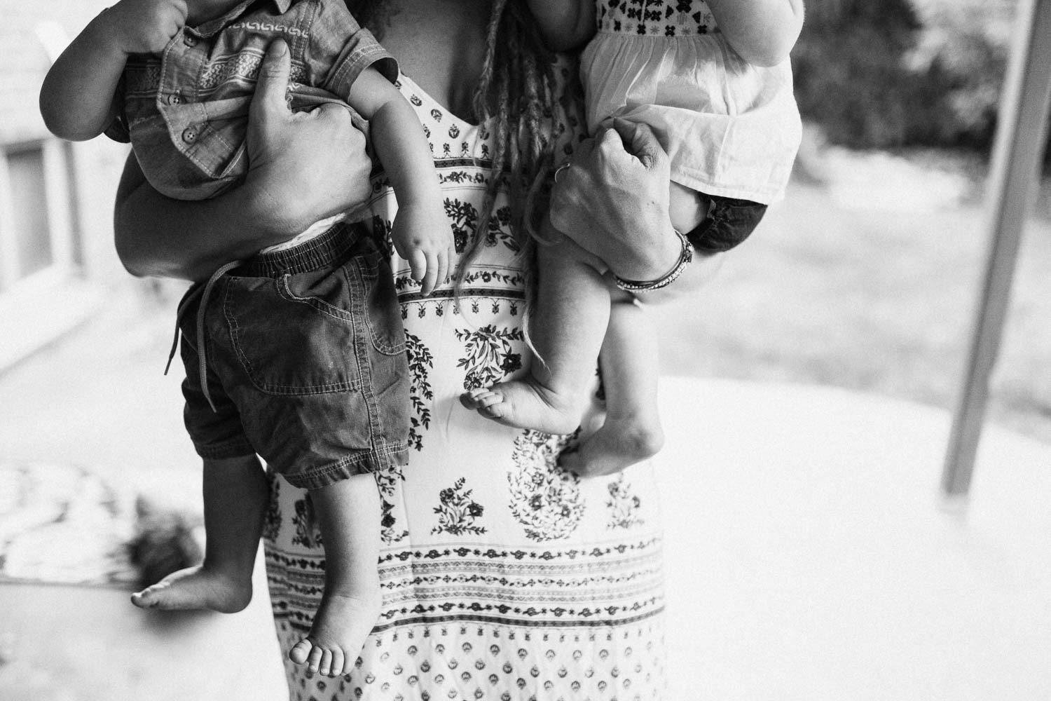 black-and-white-artistic-photo-mom-holding-children-slc-utah