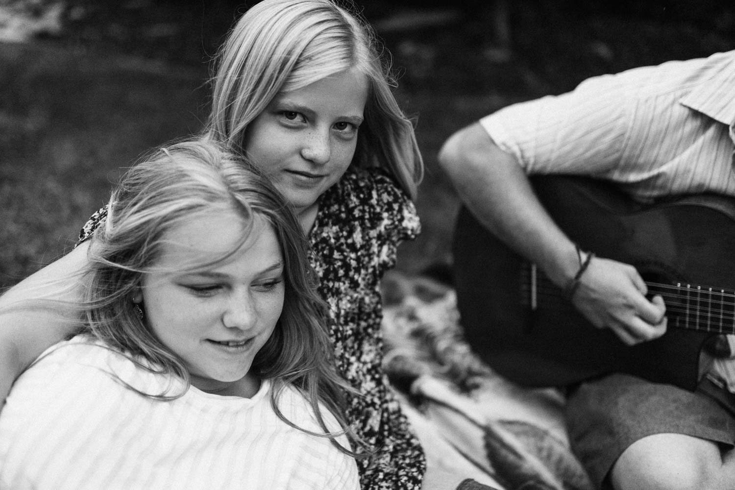 candid-black-and-white-photo-of-freckled-girls-in-back-yard-salt-lake-city-utah