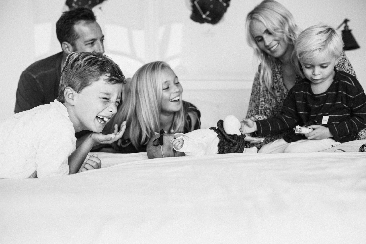 candid-black-and-white-family-photo-during-in-home-session-with-jen-fairchild-photography-in-encinitas-california