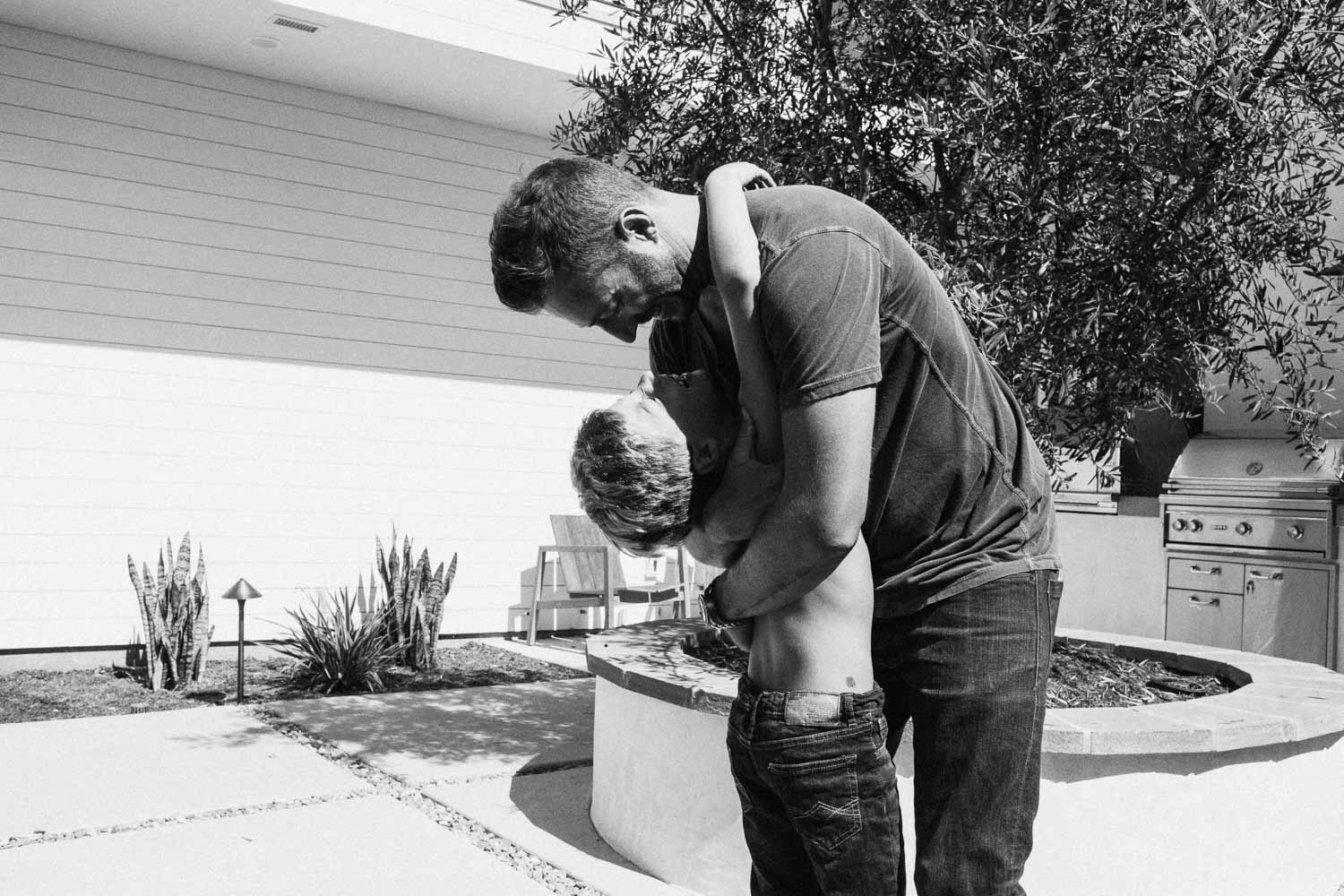 natural-and-artistic-black-and-white-photo-of-father-and-son-hugging-encinita-california