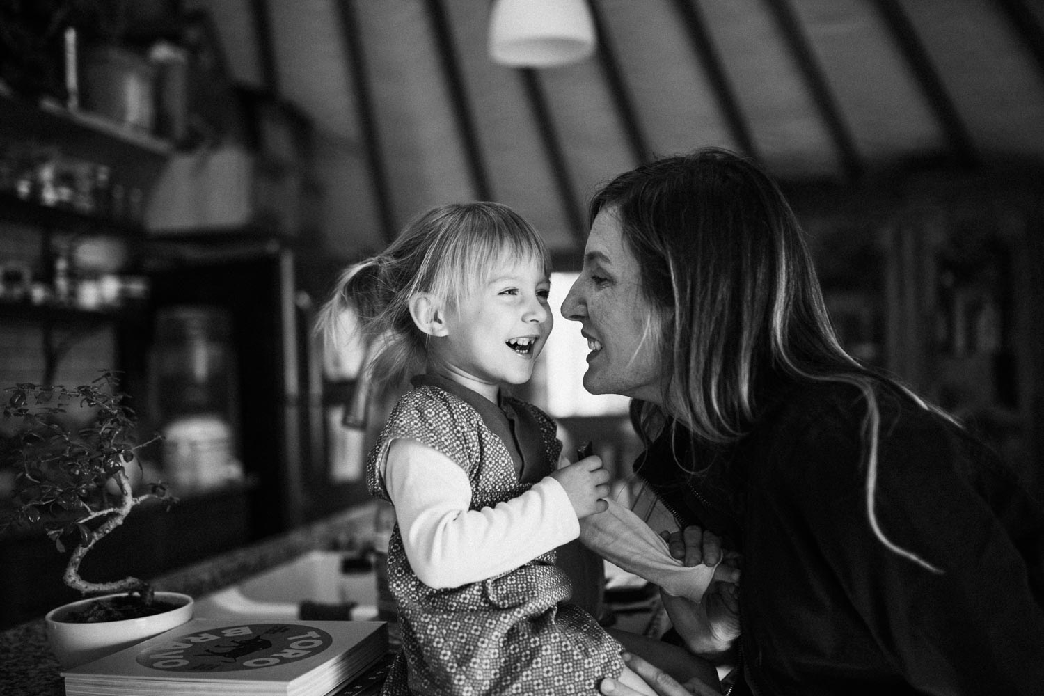 candid-black-and-white-photo-of-joyful-moment-shared-between-mother-and-child-benbow-california