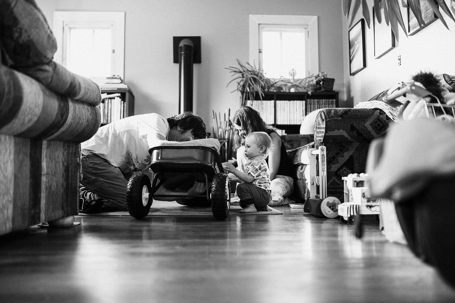 candid-black-and-white-family-photo-playing-with-toys-slc-utah