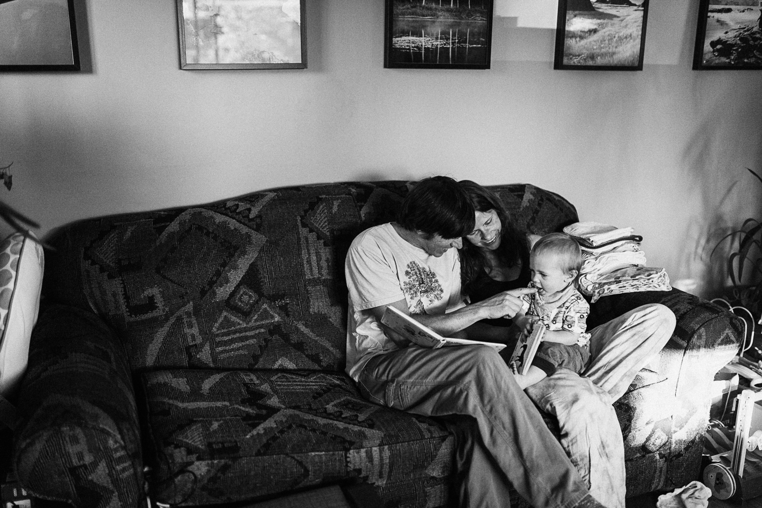 natural-and-artistic-intimate-photo-of-family-reading-books-slc-utah