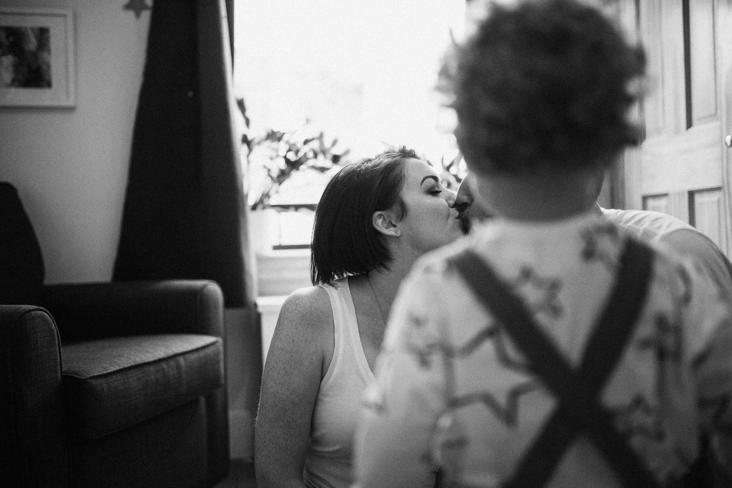 candid-black-and-white-photo-intimate-family-moment-bountiful-utah