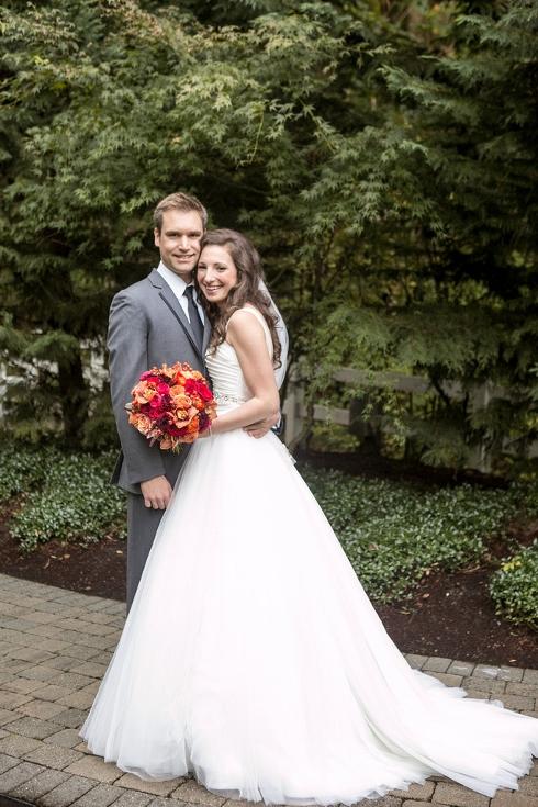 bride and groom wedding flowes fall oregon wedding abernathy center