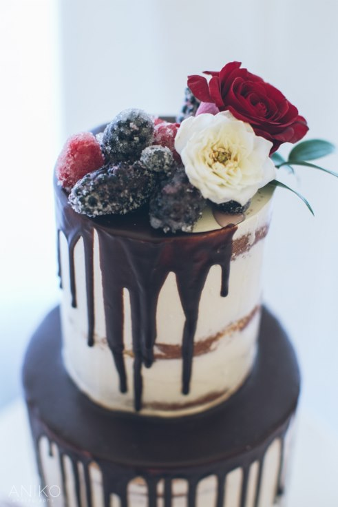 sophisticated floral designs portland oregon wedding florist oregon golf club aniko productions lux sucre chocolate drip cake sugar berry