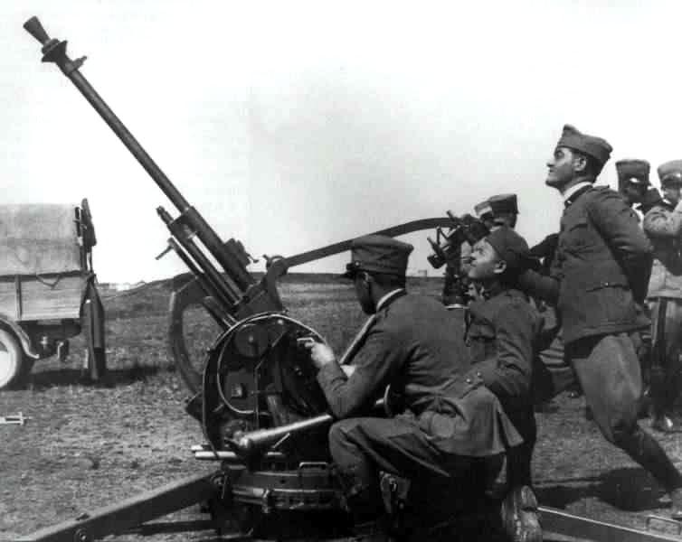 Italian gunners with their 20mm AA mount.