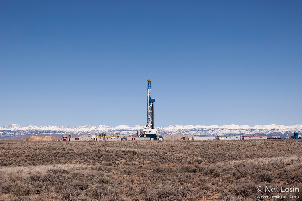 A natural gas drilling rig in the Pinedale Anticline gas fields near Pinedale, Wyoming, USA.