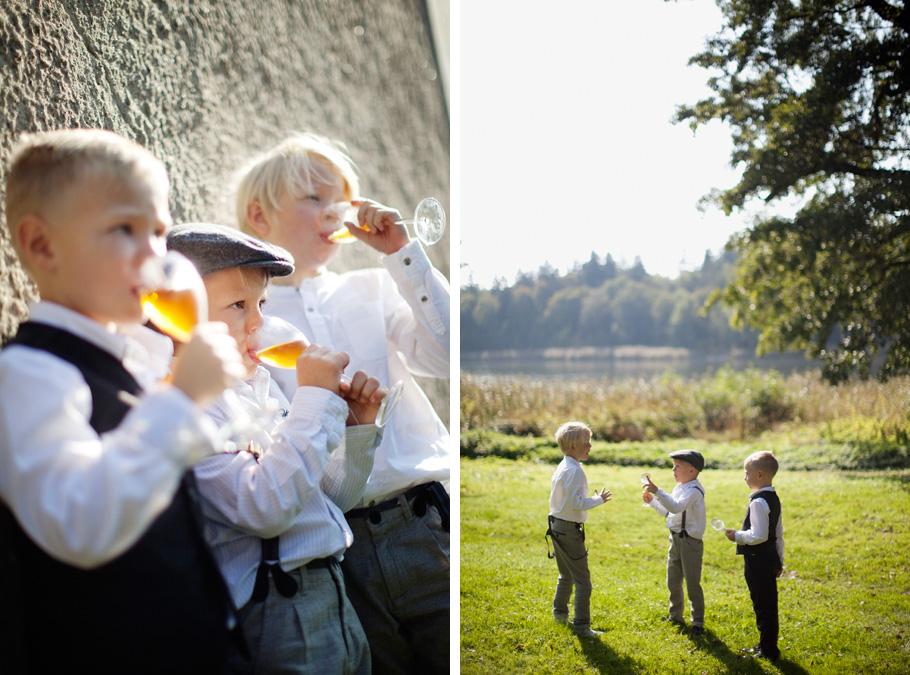 Söta... jag menar COOLA snubbar med skön stil hängde på ett bröllop jag fotade i höstas. Det är alltid roligt att fota barn på bröllop, och inse att det inte bara är mina barn som dricker kopiösa mängder läsk när ingen vuxen riktigt har koll. Ha!  /Jenny