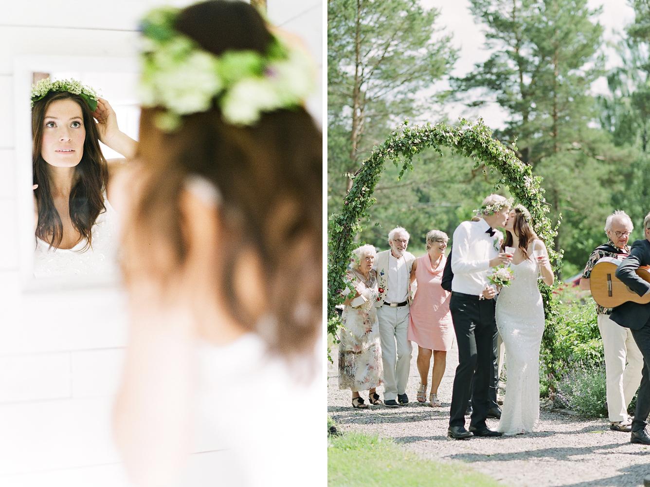 Ett redigt svenskt sommarbröllop med spelmän, blomsterbåge och blomkransar i håret. En Carl Larsson dröm. En bröllopsfotografs dröm.