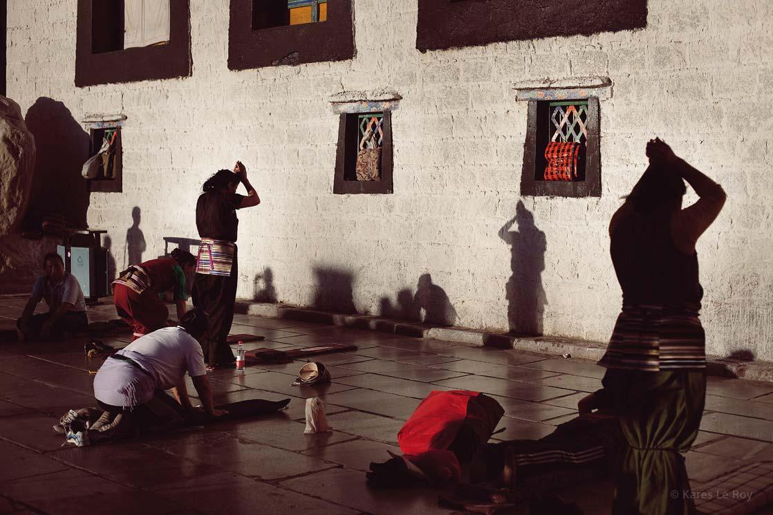 Jokhang monastery. 1st Buddhist temple built in Tibet. spiritual heart of Lhasa and place of pilgrimage for centuries  /  Monastère du Jokhang. 1er temple bouddhiste construit au Tibet. Cœur spirituel de Lhassa et lieu de pèlerinage depuis des siècles   | TIBET