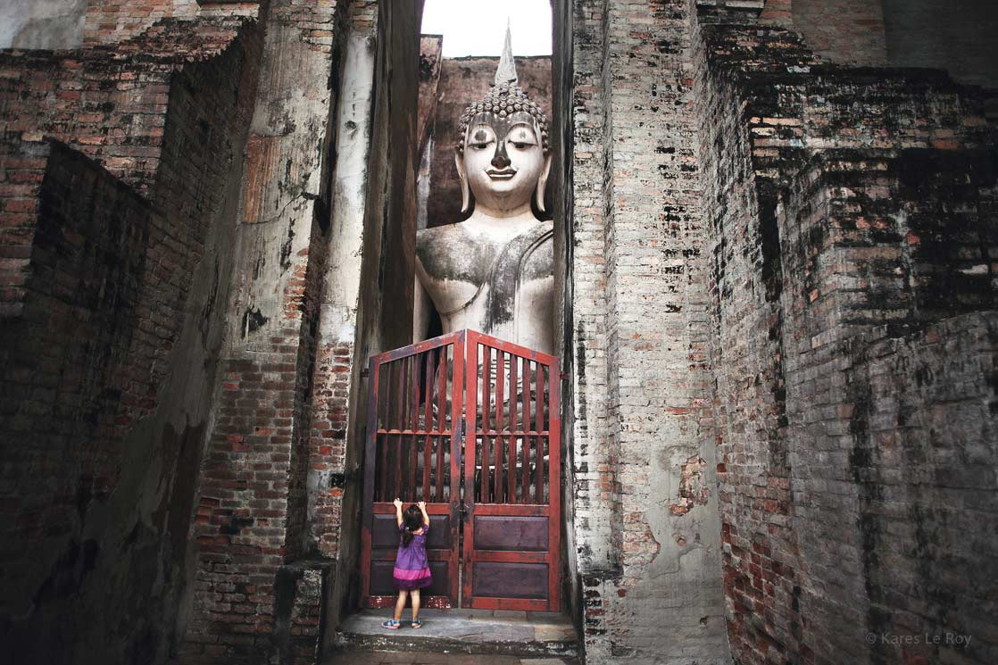 The little girl who wanted to free Buddha at Sukhothai  /  La petite fille qui voulait libérer Bouddha à Sukhothai   | THAILAND