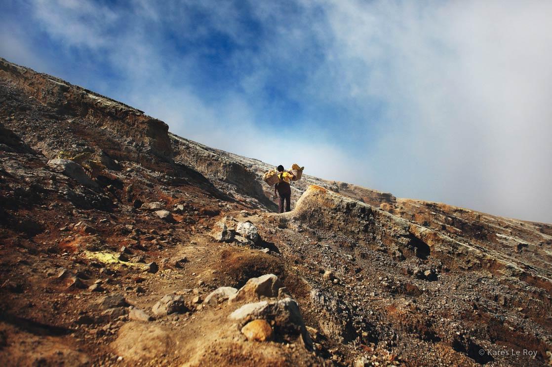 Bearers of suffer from Kawah Ijen volcano on Java island / Porteur de souffre du volcan Kawa Ijen sur l'île de Java | INDONESIA