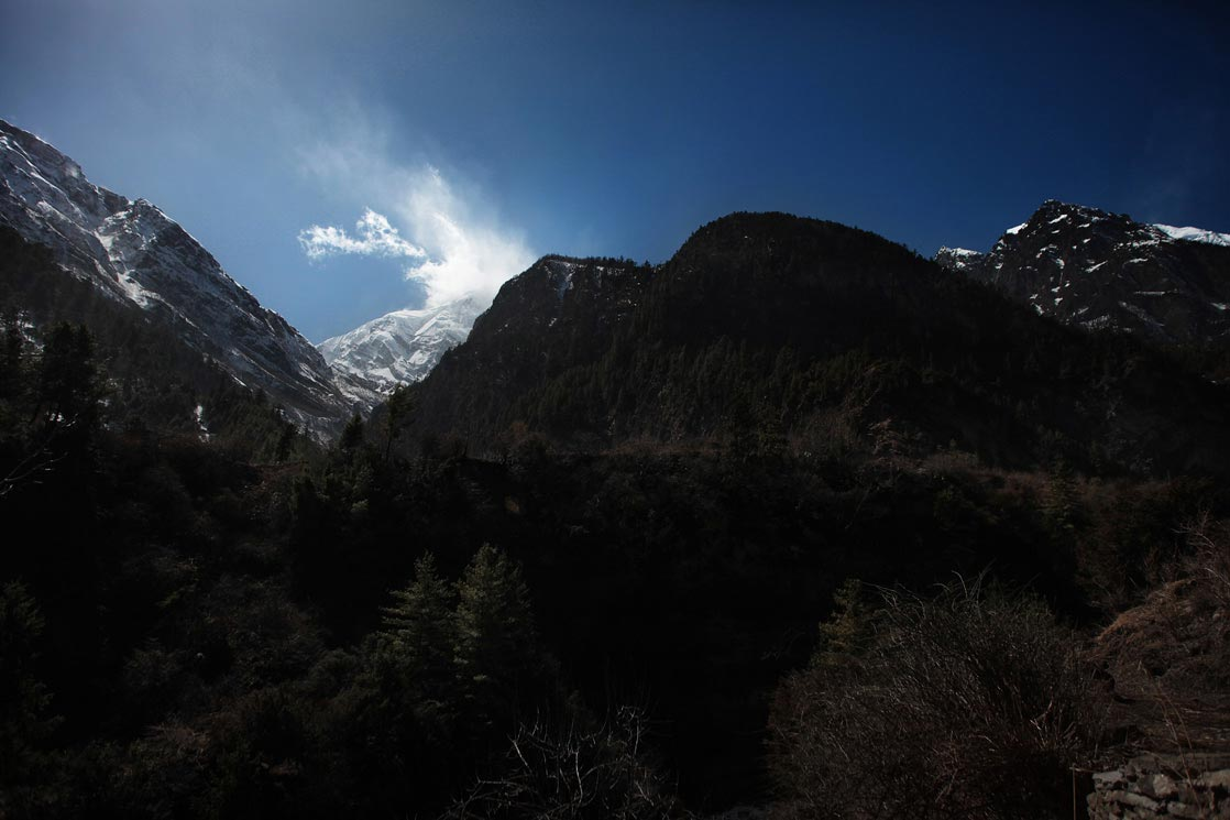 View of the Annapurna and snowy mountains /  Vue sur l'Annapurna et ses monts enneigés