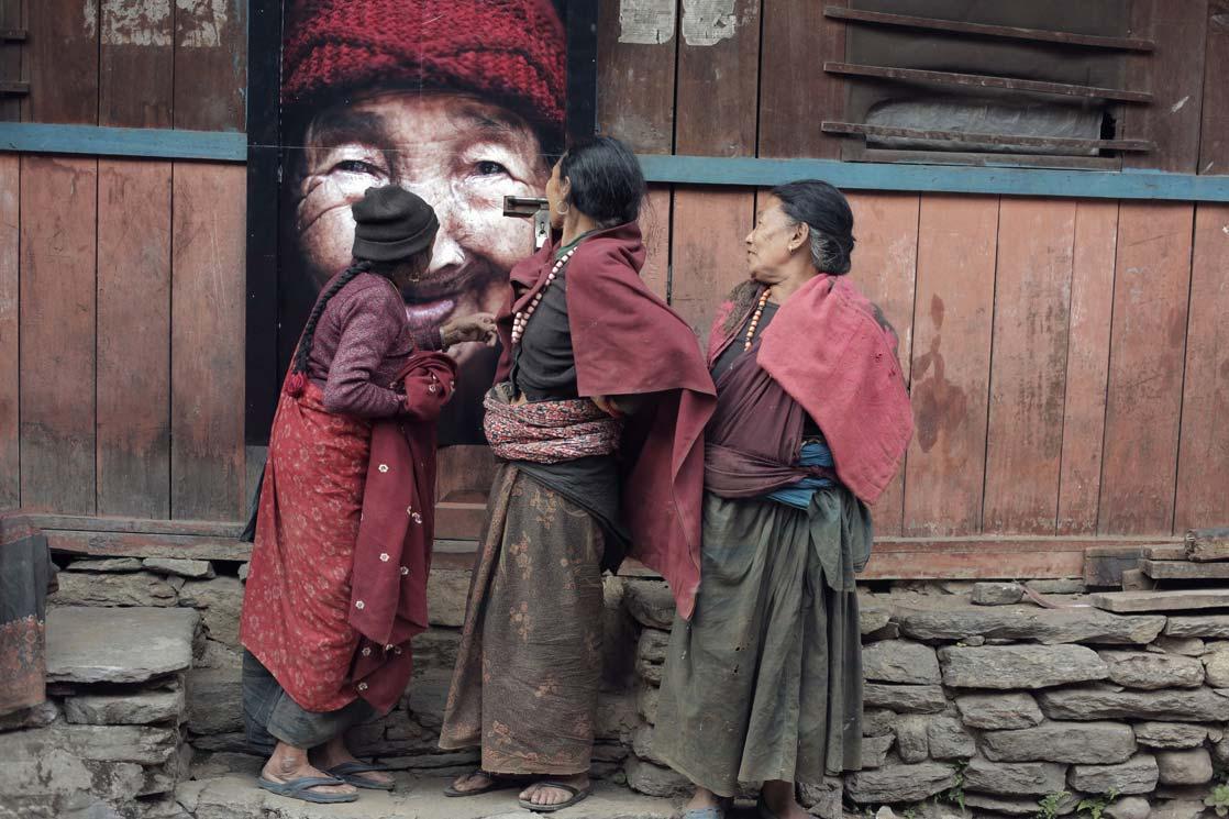 Women of Jagat facing the portrait of their former neighbor. A last tribute  /Les femmes de Jagat face au portrait de leur ancienne voisine. Un dernier hommage