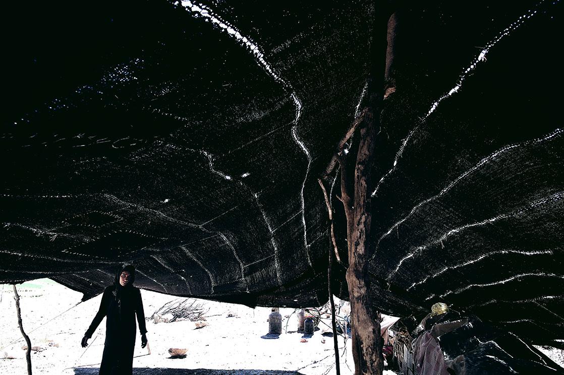 A woman comes to meet me inside a Bakhtiari tent /  Une femme vient à ma rencontre sous une tente bakhtiar | IRAN