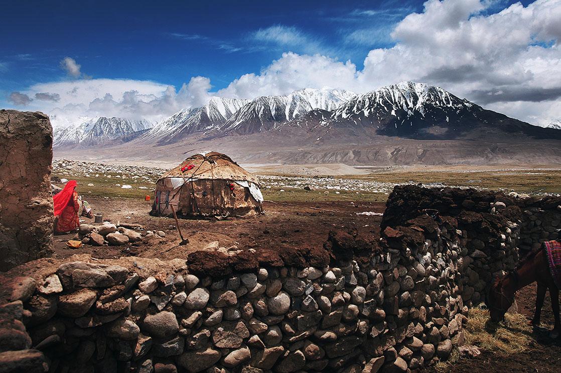 Wakhan Corridor. This northern strip of land stuck between Pakistan, China and Tajikistan is 300 kilometers long. On one side, the Pamir Mountains. On the other, the Hindu Kush. And in the middle, the survivors of an extremely tough lifestyle /  Le corridor du Wakhan. Cet appendice septentrional long de 300 kilomètres est pris en étau entre le Pakistan, la Chine et le Tadjikistan. D'un côté le Pamir, de l'autre l'Hindou Kouch. Au milieu, les rescapés d'une vie terriblement difficile | AFGHANISTAN