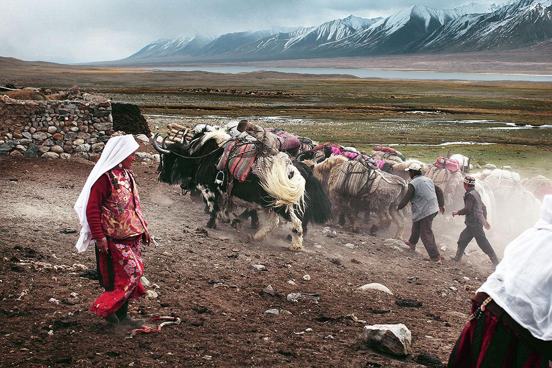 This stretch of land was drawn in 1895 to act as buffer between Russia and the British Empire. Whether riding yaks or Bactrian camels, the caravanners travel endlessly back and forth from one extremity to the other in order to find food to survive /  Le corridor du Wakhan a été dessiné en 1895 pour faire tampon entre l'Empire britannique et la Russie. En yaks ou en chameaux de Bactriane, les caravaniers font des allers-retours incessants d'un bout à l'autre pour acheter les denrées nécessaires à leur survie | AFGHANISTAN
