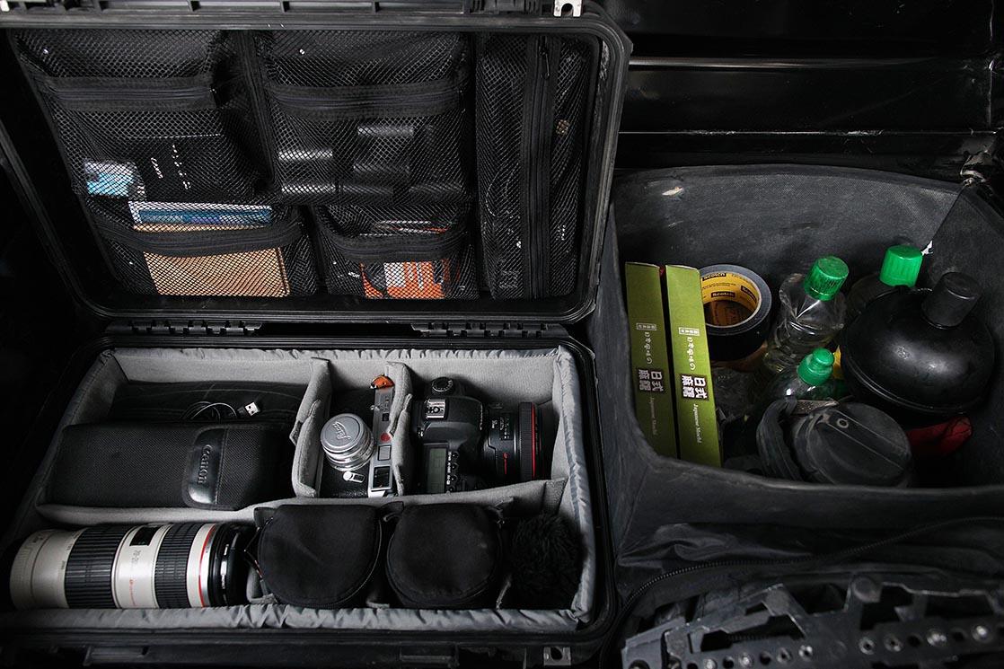 Coffre arrière de mon van avec mon matériel photo