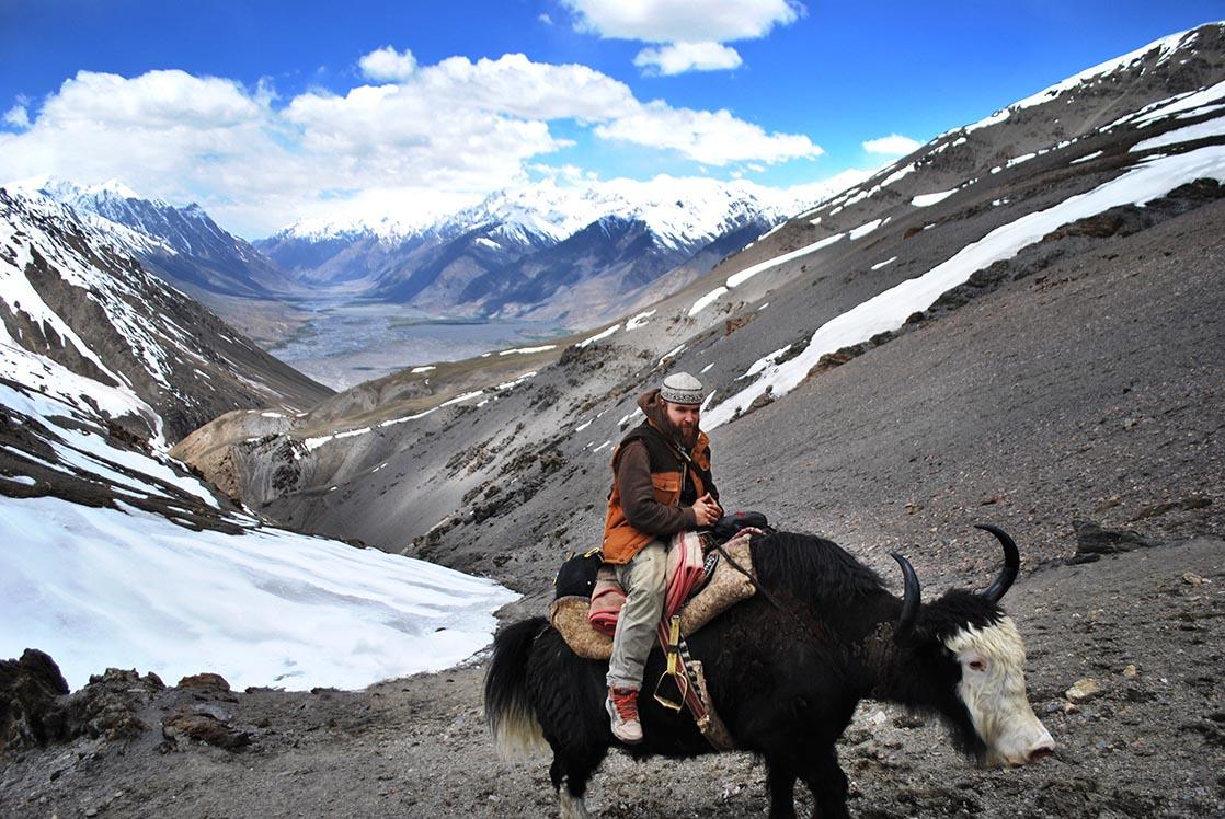 Climb the peaks on yak back to enter in Wakhan Corridor | AFGHANISTAN /  Gravir les sommets à dos de yak afin de rentrer dans le corridor du Wakhan | AFGHANISTAN