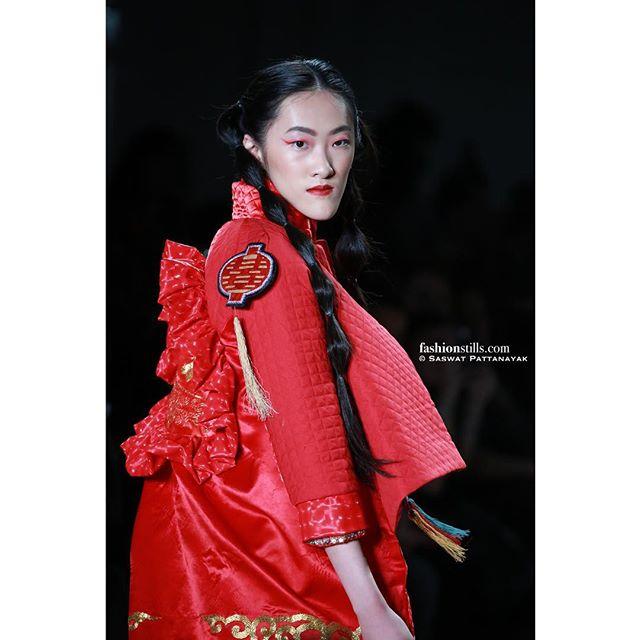 Photo: @saswat //FashionStills. Designer: @mrhuamrshua at @nyfw with @globalfashioncollective and @ebconsults #newyorkfashionweek #nyfw #fashionweek #fashion #fashionnova #fashionblogger #fashionable #fashionista #fashionphotography #fashionphotographer #fashionmodel #runway #runwaymodel #designer #fashiondesigner #vsco #vscocam #fashionpic #fashionshow #fashionstyle #fashionstylist #makeup #fashionstills #modeling