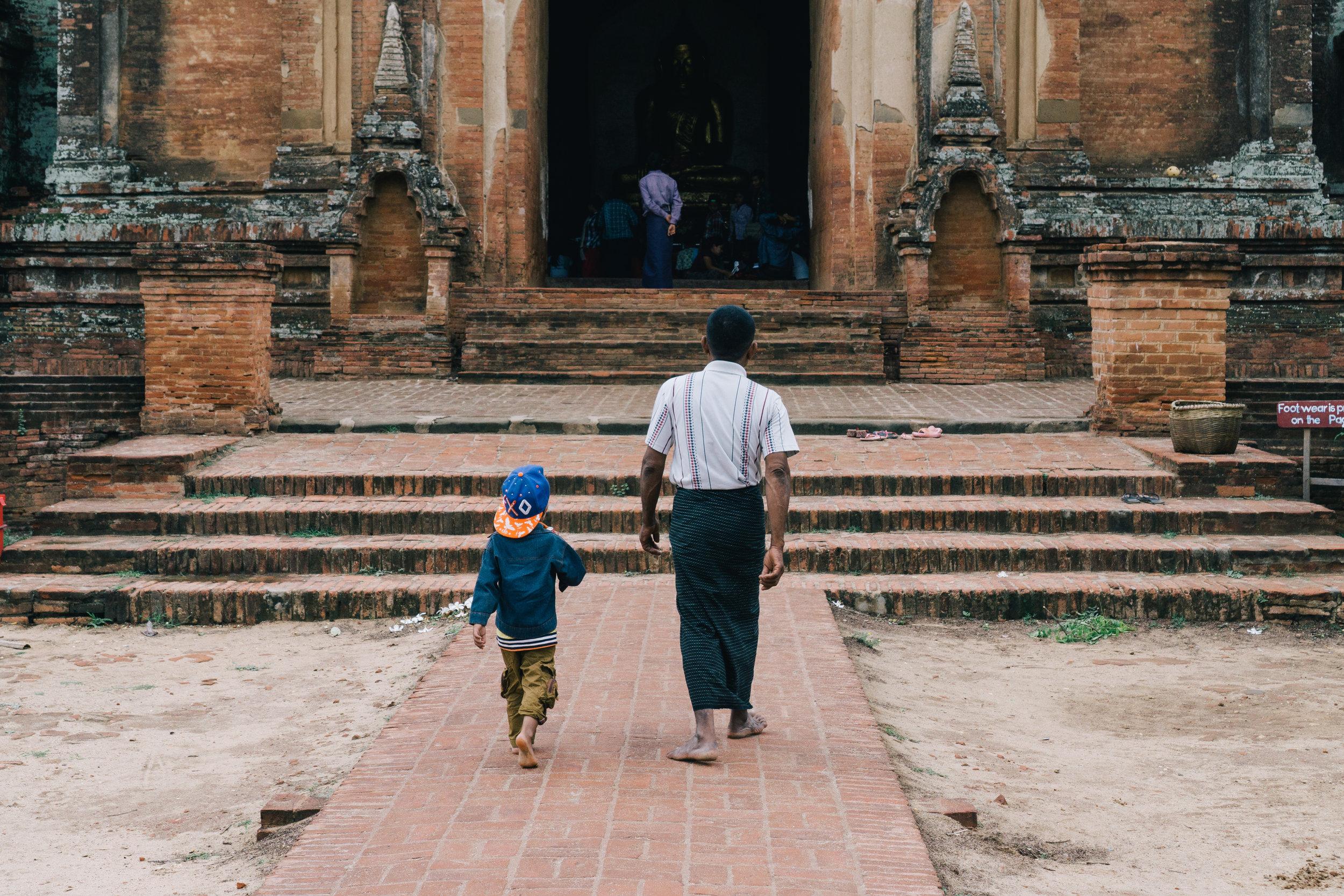 Myanmar_Bagan_Family.jpg