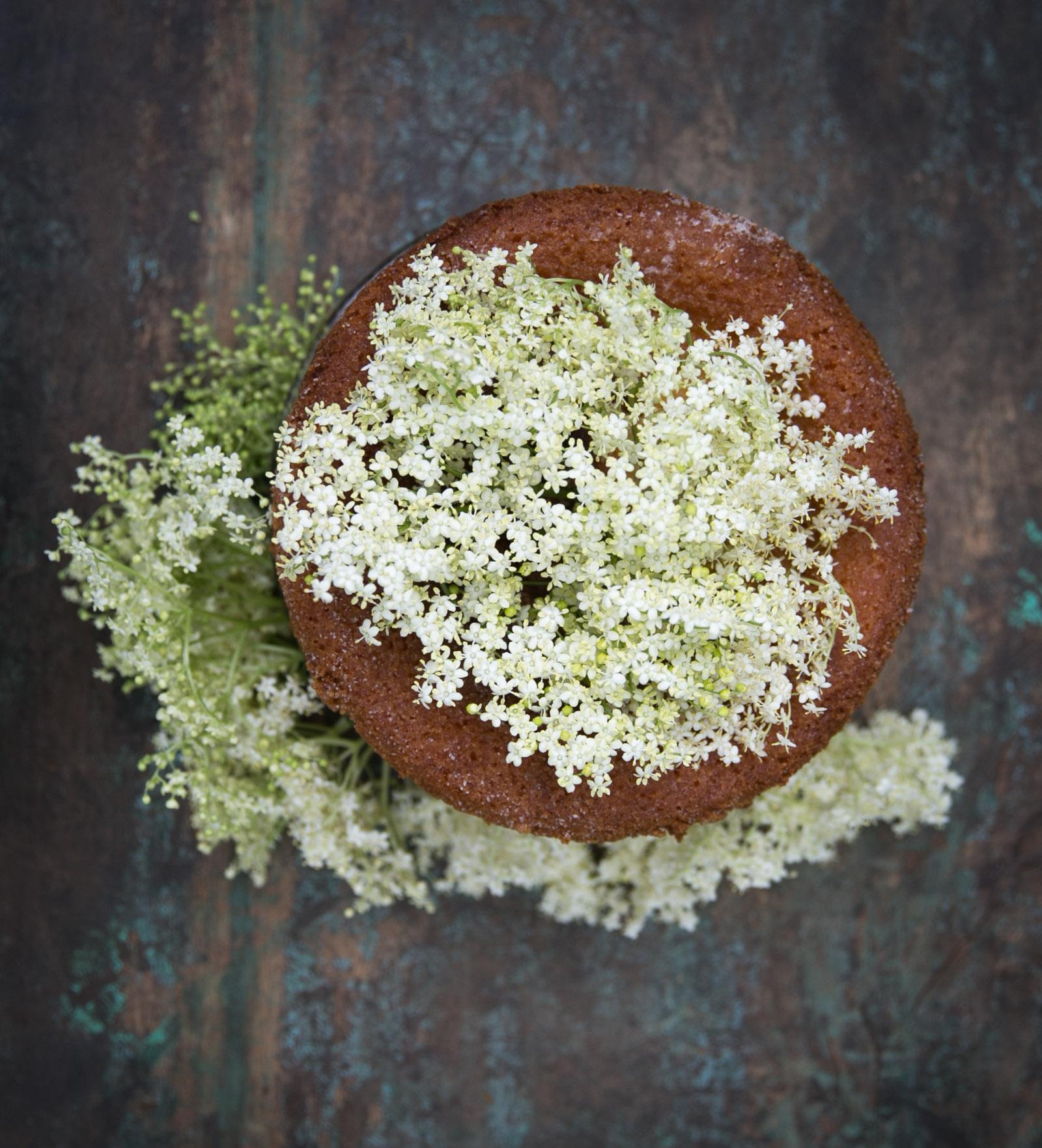 Cake with elderflower Syrup