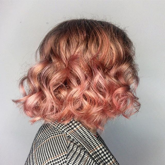 A little pink cloud 💕 . . . #haircolor #pinkhair #wella #balayage #pinkbalayage #curlyhair #curlybob #bumbleandbumble #hairstory