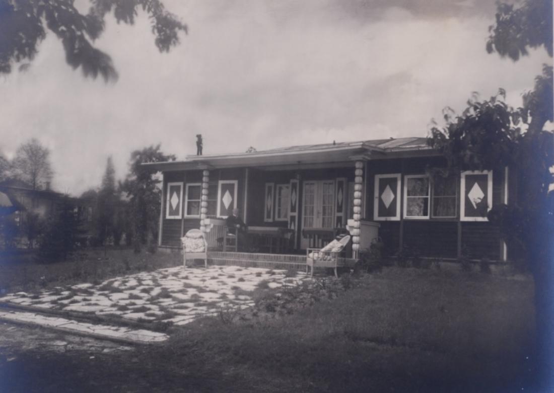 Glienicke view from rear by Lotte Jacobi 1929.jpg