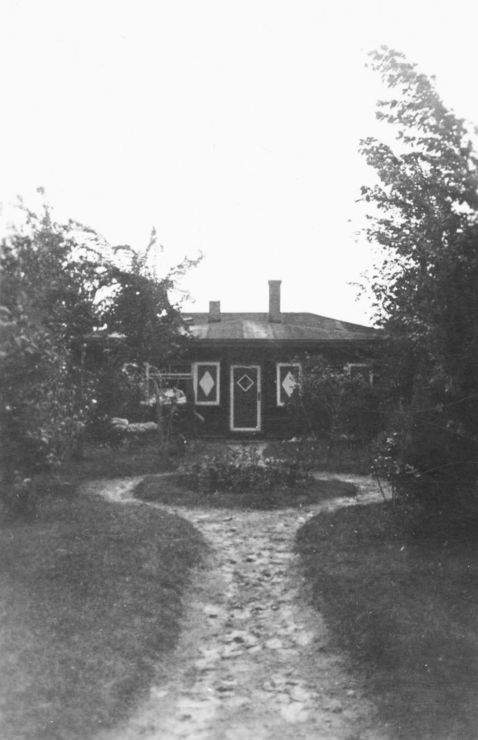 Lake house from front 1920s Alexander family archive.jpg