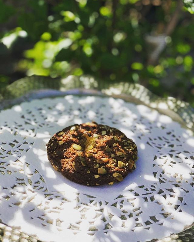 Our beautiful pumpkin seed crusted, chewy, ginger molasses cookie is proving to be a new favourite. It's so good with its giant chunks candied ginger 🥰 how could you resist? #batardbakery #gingercookies #addictivebakes #omnomnom #fraserhood #familyrecipes