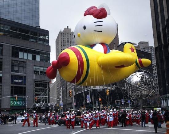 毎年どんなバルーンが上がるかたくさんの人々が楽しみにしている。  #thanksgiving#parade#manhattan