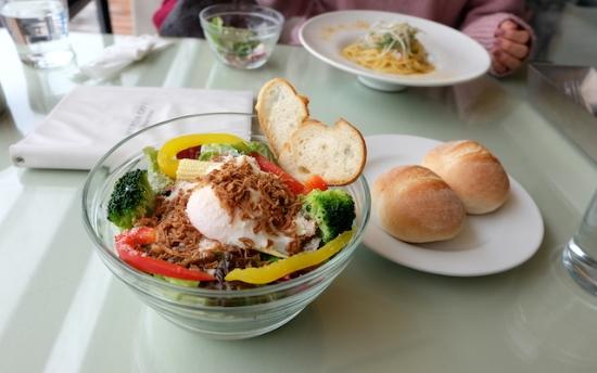 こんなサラダランチ&パスタランチをいただきながら、モグモグ〜でも2人とも真剣!  #mercer#cafe#lunch#omotesando#salad