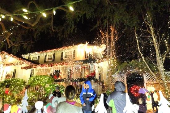泡のような雪を降らせる装置まで付けている家もあり、みんな大喜び♡   #candy#cane#lane#losangeles#decoraiton#christmas