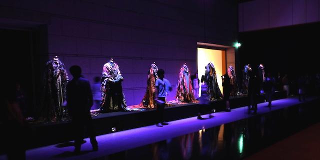 寺山修司から2000 年代のアンダーグラウンドカルチャーまで網羅した作品や、音、映像、ファッション、文学等が一体化した総合芸術に魅せられる。