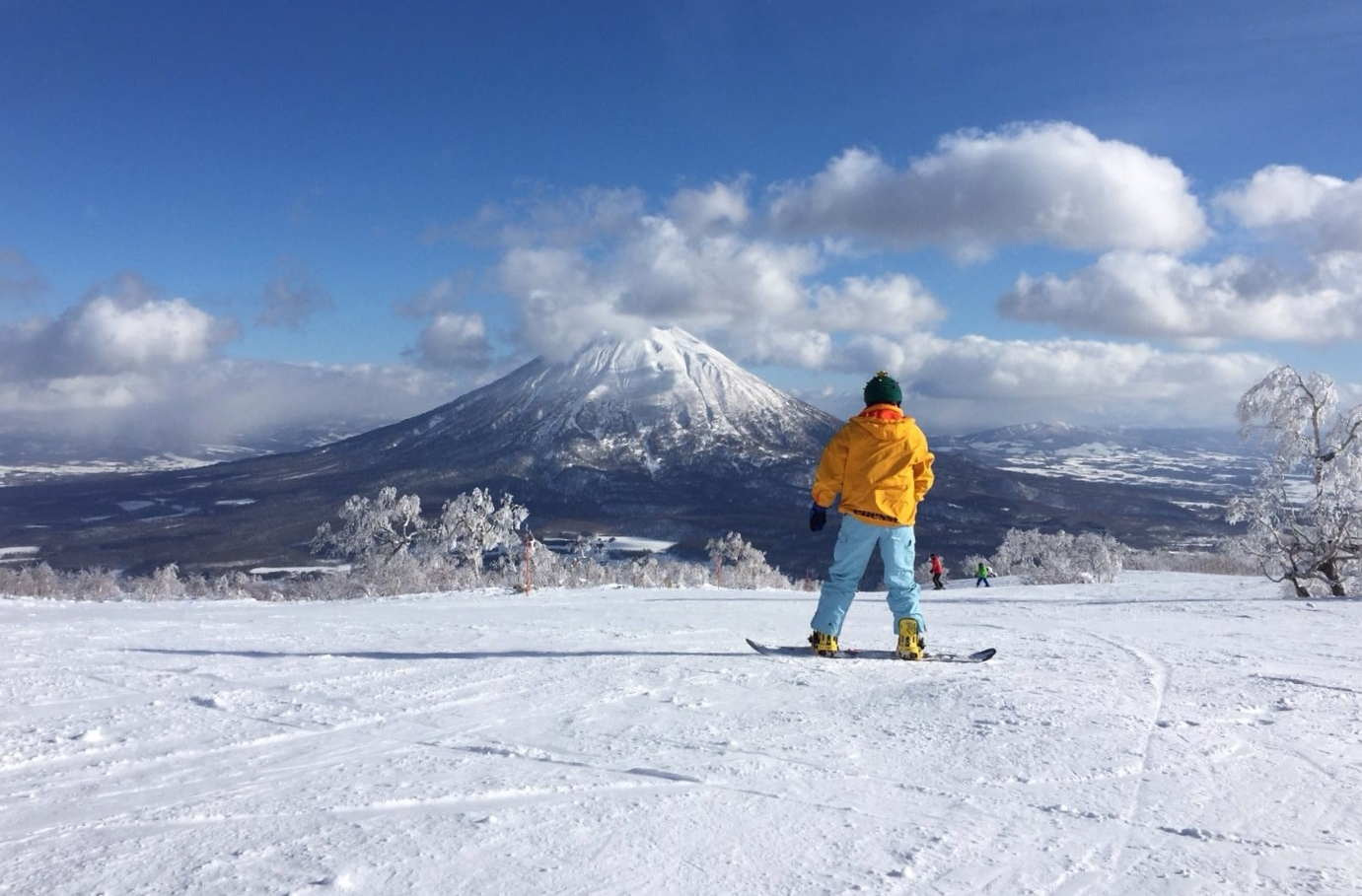 One of those days the heavens smile.Enjoying the view of Mount Yotei, at Niseko, Hokkaido. Photo by Abbey Cameron, my boarding 仲間, companion, and the one I'm always chasing down.