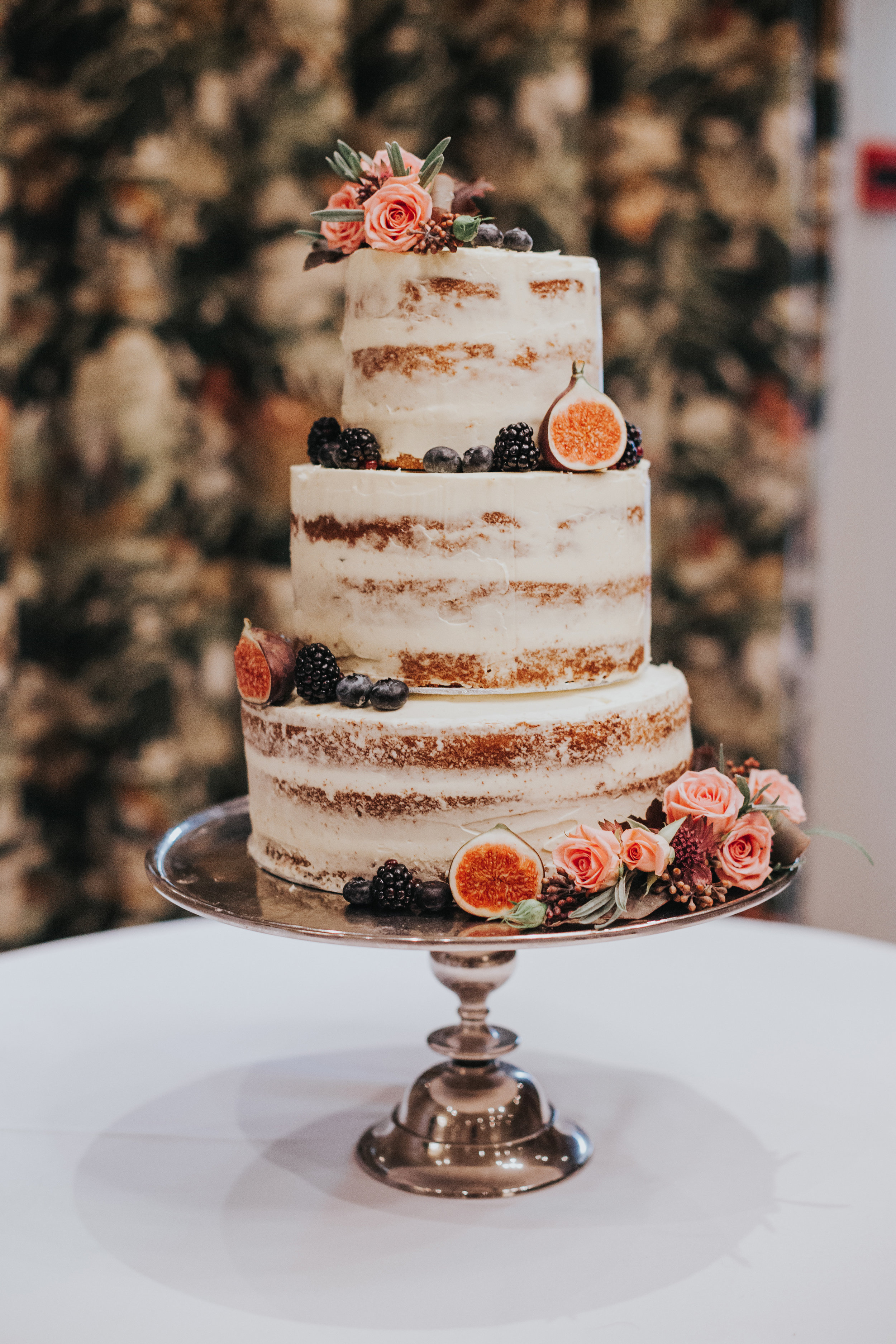 Half naked wedding cake with figs.