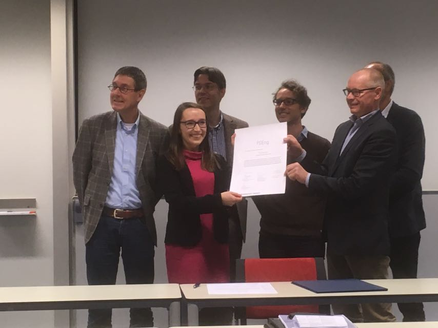 Paulina Racz neemt haar PDEng diploma in ontvangst van v.l.n.r. Prof. Dorée, Dr. Marc van Buiten, Dr. Carl Schultz, Dr. Hans Voordijk en Robert-Jan Looijmans