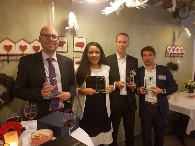 Dr. Robin de Graaf, Dr. Lissy La Paix, Prof Mark van der Meijde en Dr. Léon olde Scholtenhuis (module-ontwikkelaar en coördinator) nemen de prijs in ontvangst