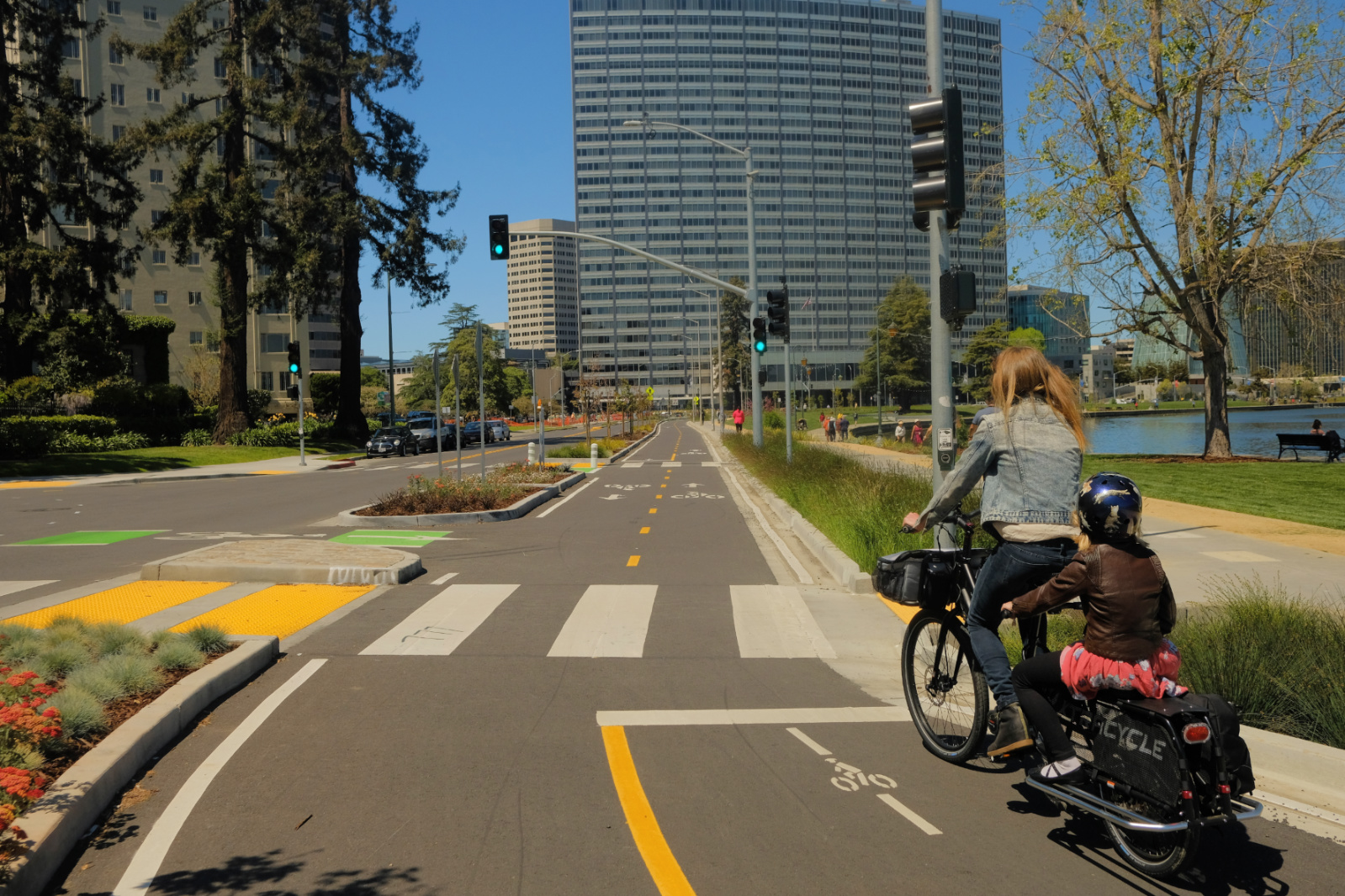 Lake Merritt cycletrack. Photo by Kyle Ramey of Bikabout
