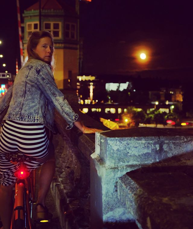 Riding home from a night out, especially on a full moon 🌕, continues to be one of my top 10 things. It's so quiet, the natural smells come back after being disguised by auto fumes all day and you can take your time meandering. I feel like a city shows you who it is at night and Portland is lovely with the neighborhood greenways with dense old growth tree 🌳 canopies. #nightriding #bikinghome #bikeride #morrisonbridge #portland #bikaboutportland #gazellebikes @gazellebikes
