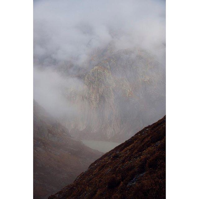 ... #misty #mountains ... have a good #sunday ... #switzerland #inlovewithswitzerland #landscape #photography #fog