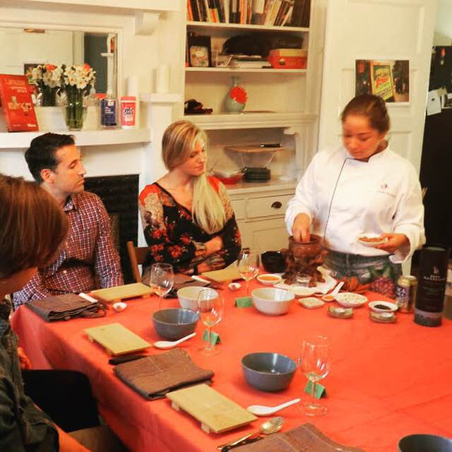 FIORELLA explicandonos sobre un plato peruano